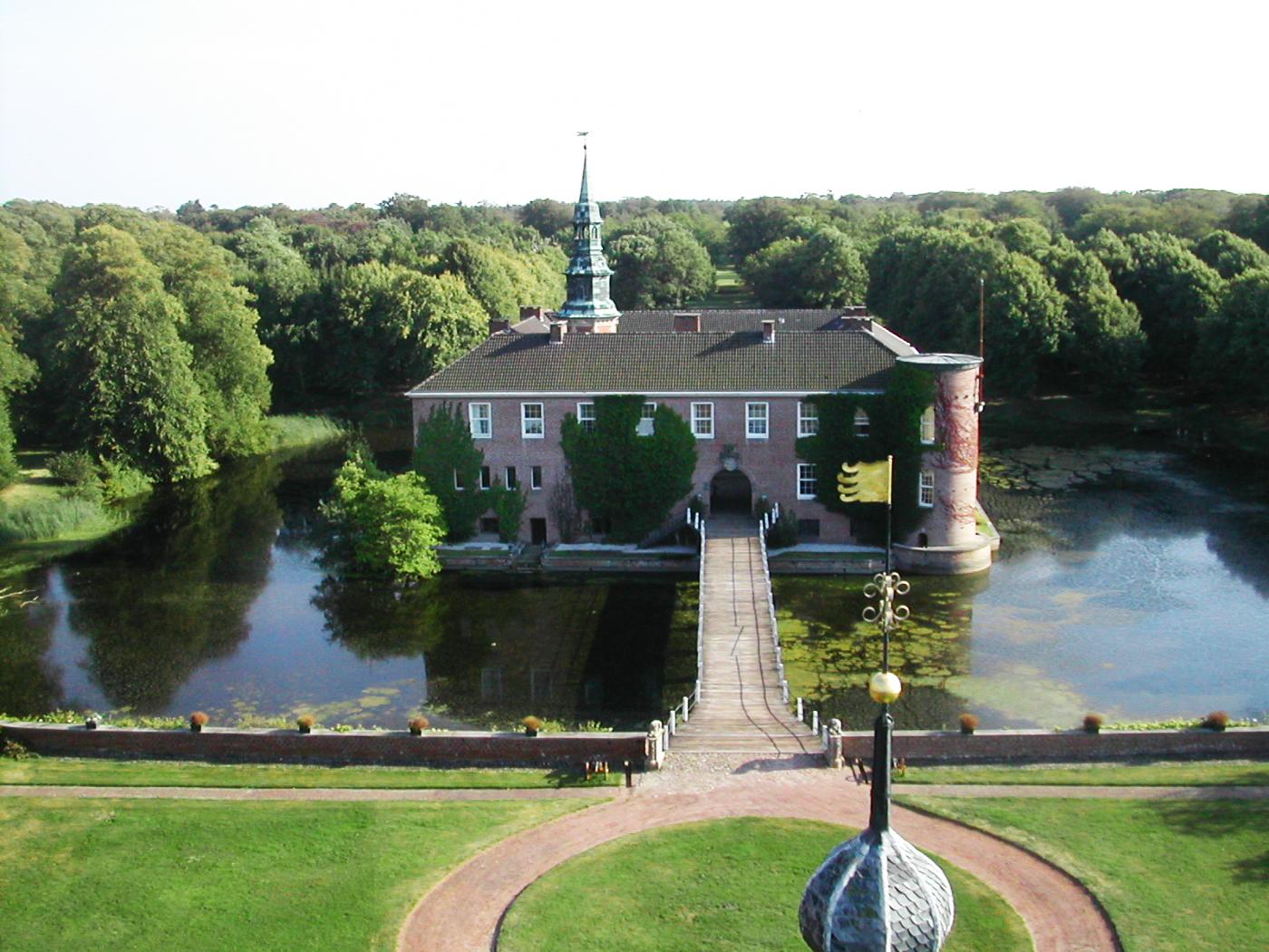 Von Grachten umgebenes Wasserschloss